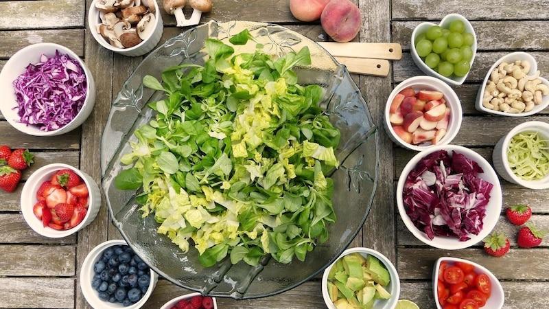 Eine Diät bei Arthrose beinhaltet viel Obst und Gemüse, sowie gesunde Fette.