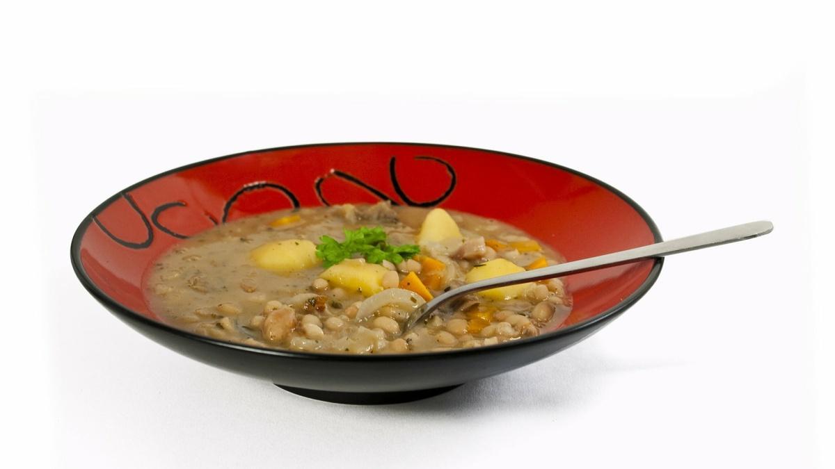 Der Tscholent, ein Eintopf aus Bohnen, Kartoffeln und Fleisch, ist ein beliebtes Gericht am Schabbat.