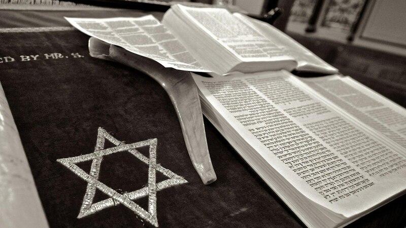 Tefillin und Tallit sind Gegenstände, die im Judentum während bestimmter Gebete getragen werden.