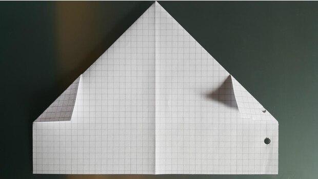 Und anschließend falten Sie die kleinen überstehenden Dreiecke einfach um.