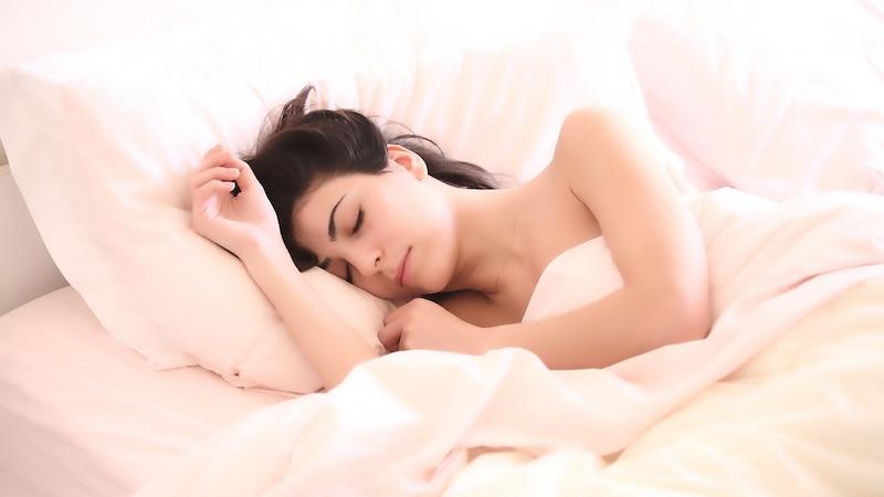 Das Kissen gegen Schnarchen verhindert das Schlafen in Rückenlage