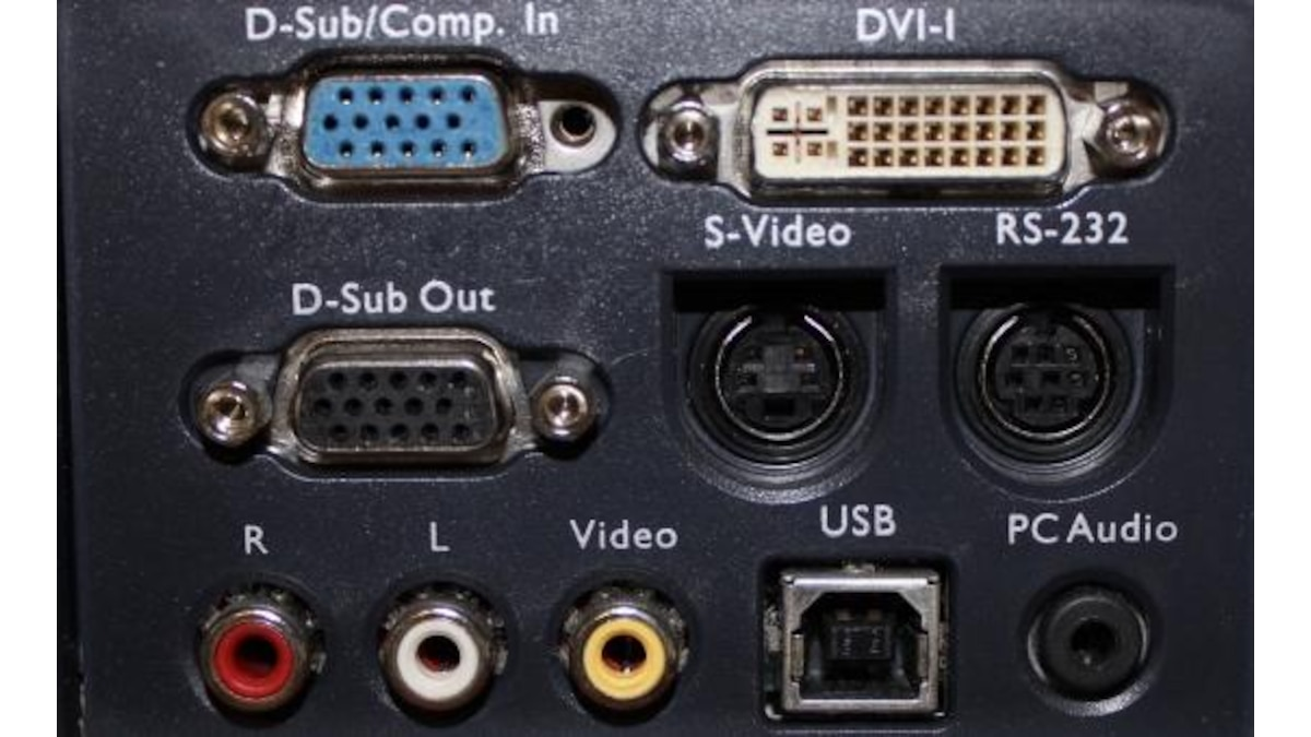 Weit verbreitet sind der analoge VGA/D-Sub-Eingang und der DVI-I-Anschluss, der das Bild sowohl analog als auch digital übertragen kann. Der Composite-Video-Eingang kommt häufig zusammen mit [[http://praxistipps.chip.de/unterschiede-zwischen-cinch-und-klinke_19233 Cinch]] vor. S-Video ist in Europa eher selten.