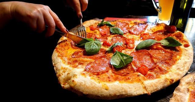Wenn Sie die Pizza richtig aufwärmen, wird sie wieder knusprig