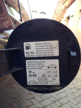 Reifendruck im Tankdeckel ablesen