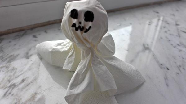 Mit einem Taschentuch basteln Sie einen kleinen Geist