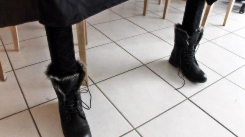 Schuhe an den Tischbeinen verleihen der Wohnung ein skurriles Aussehen