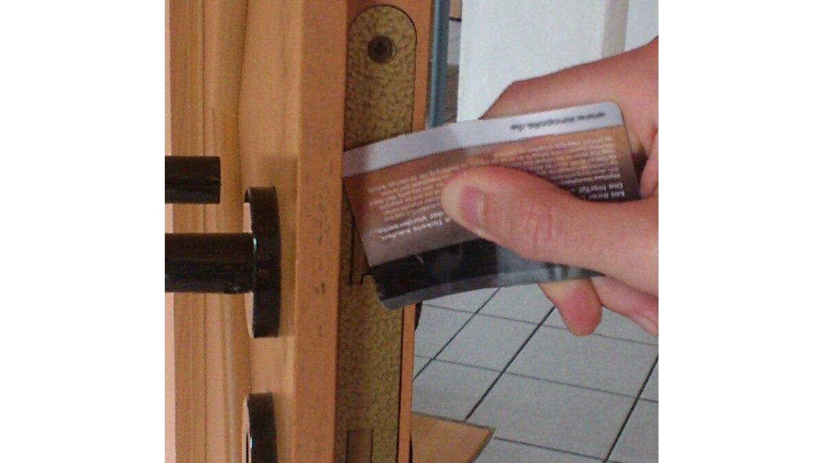 Auf diese Weise lässt sich die Falle eindrücken und die Tür öffnen.